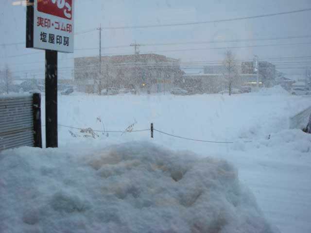 外は雪景色です
