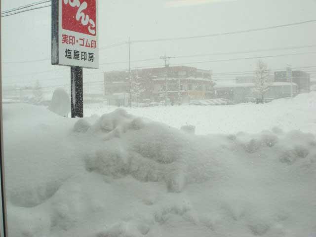 店の外は雪国