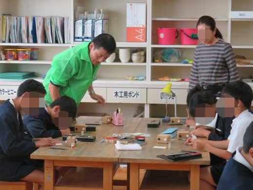出前ものづくり講座ではんこ彫刻指導です。