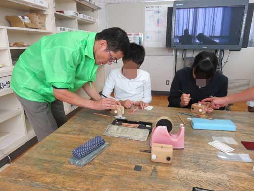 出前ものづくり講座でのはんこ彫刻指導です。