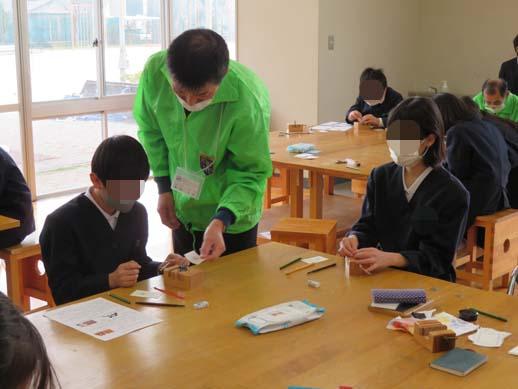 野々市市館野小学校のはんこ彫り体験講座です。
